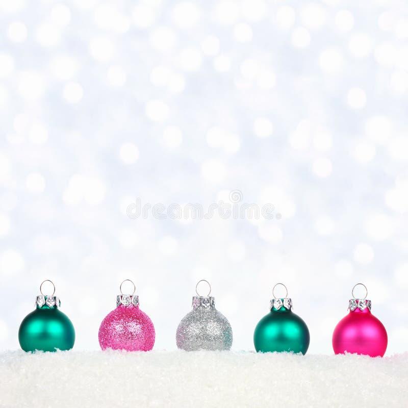 Boże Narodzenie granica pasteli/lów ornamenty w śniegu z mrugliwymi światłami fotografia stock
