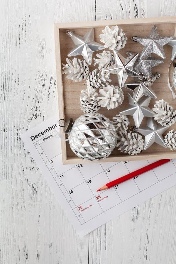 Boże Narodzenie kalendarz Bożenarodzeniowy prezent, jodła rozgałęzia się na drewnianym białym tle Odbitkowa przestrzeń, odgórny w fotografia royalty free