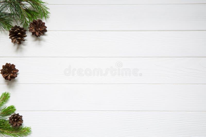 Boże Narodzenie kopii przestrzeń Jedlinowe gałąź z rożkami na białym drewnie fotografia royalty free