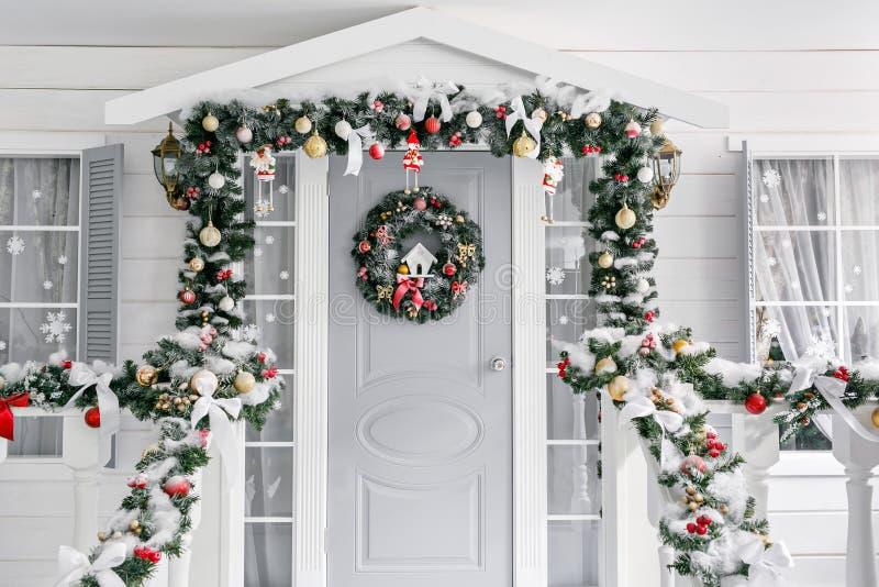 boże narodzenie las moletował ranek śnieżnych śladów szeroką zima ganeczek mały dom z dekorującym drzwi z Bożenarodzeniowym wiank zdjęcie stock