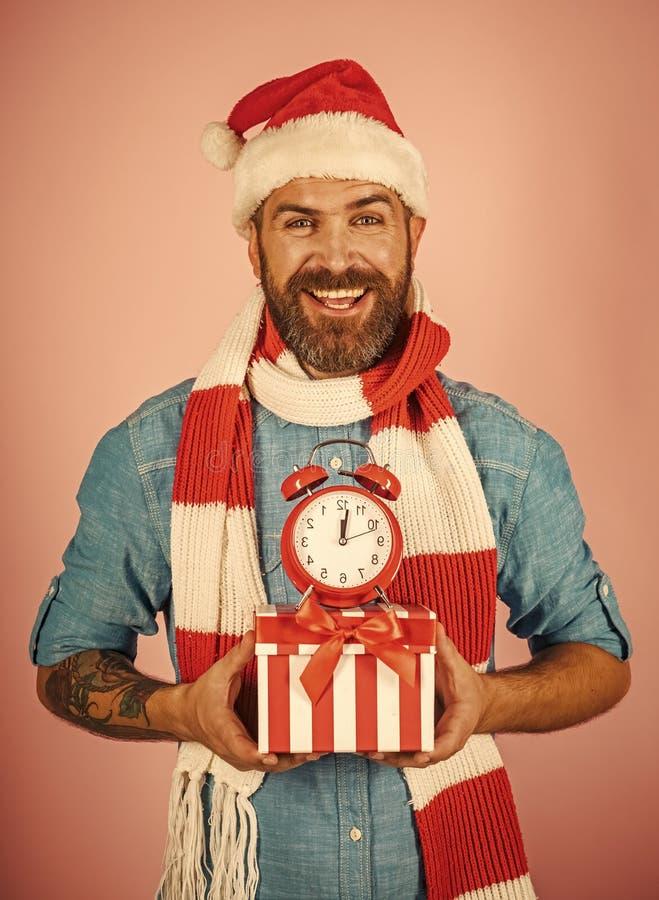 Boże Narodzenie mężczyzna chwyta budzik i prezenta pudełko zdjęcia royalty free