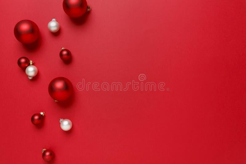 Boże Narodzenie ornamentów dekoracj tło Prosta, nowożytna, klasyczna czerwień, i biel baubles szklanych piłek horyzontalna granic zdjęcia stock