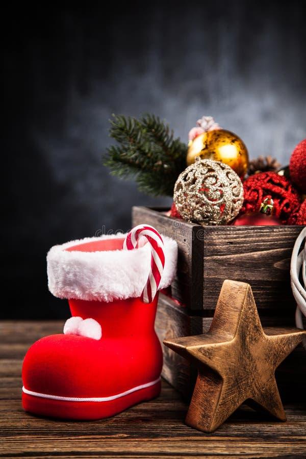 Boże Narodzenie ornamenty w drewnianej skrzynce zdjęcie stock