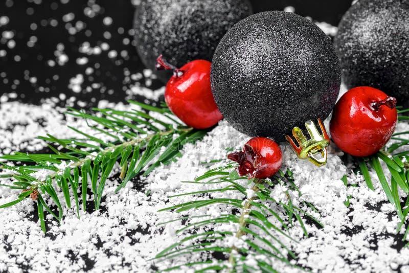 Boże Narodzenie ornamenty z sosen gałąź fotografia stock