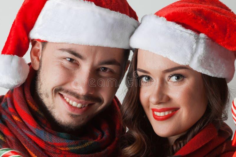 Boże Narodzenie para w Santa kapeluszach zdjęcie stock