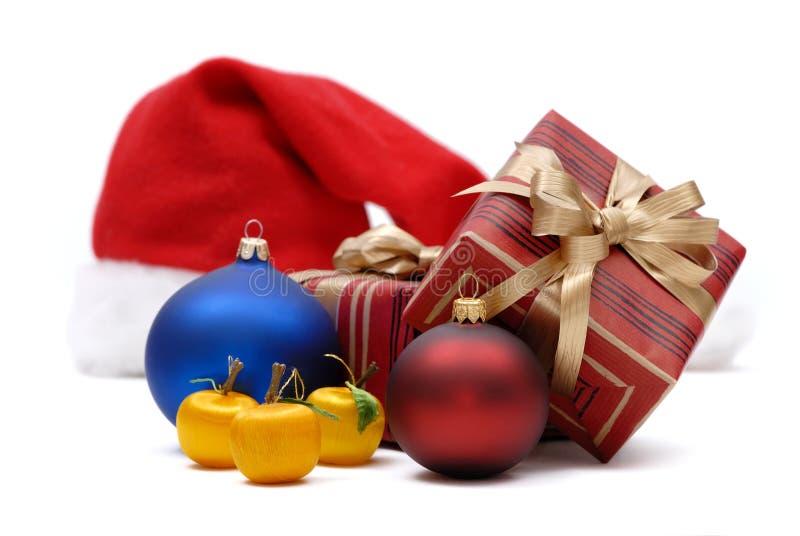 Boże Narodzenie prezenty na białym tle i ornamenty fotografia royalty free