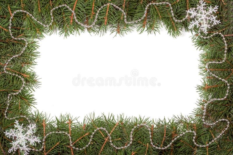 Boże Narodzenie rama robić jodeł gałąź dekorował z koralikami i płatkiem śniegu odizolowywającymi na białym tle obraz stock