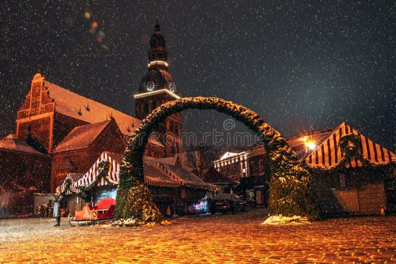 Boże Narodzenie rynek i główna choinka w stary Ryskim obraz royalty free