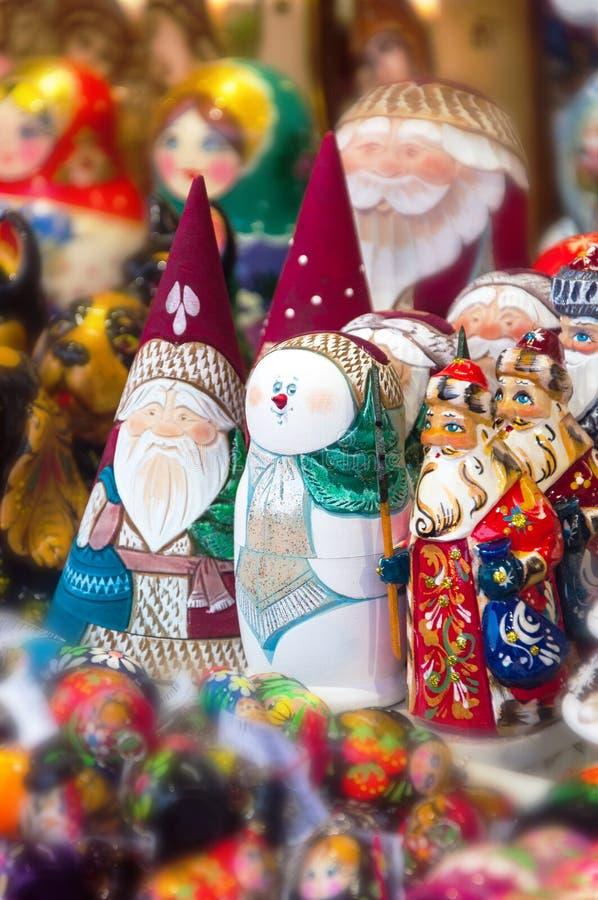 Boże Narodzenie rynek w placu czerwonym, Moskwa Sprzedaż zabawek, sławnych i popularnych baśniowi charaktery, figurki zdjęcie royalty free