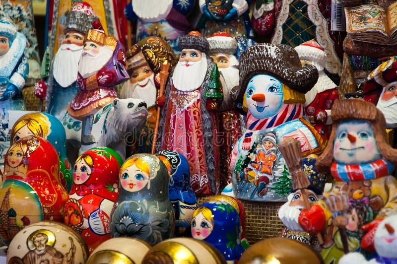 Boże Narodzenie rynek w placu czerwonym, Moskwa Sprzedaż zabawek, sławnych i popularnych baśniowi charaktery, figurki zdjęcie stock