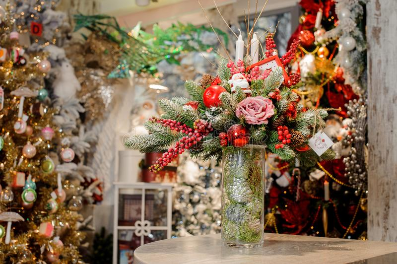 Boże Narodzenie stołu kwiatu skład w przejrzystej wazie zdjęcia stock