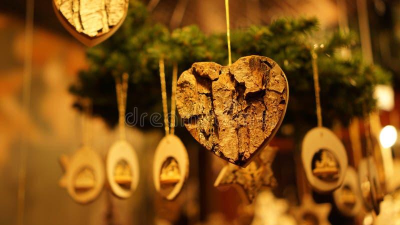 Boże Narodzenie w Southbank Center Winter Market z drewnianymi ozdobami świątecznymi w Londynie, Wielka Brytania obraz royalty free
