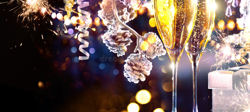 boże narodzenie w tle obramiająca wakacyjna scena Flety z iskrzastym szampanem zdjęcia royalty free