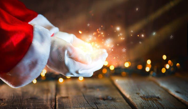boże narodzenie w tle obramiająca wakacyjna scena Santa pokazuje w otwartych rękach jarzący się gwiazdy i magicznego pył zdjęcie stock