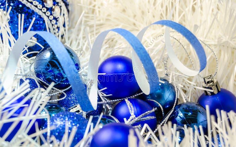 Boże Narodzenie zabawek piłki na białej dekoraci zdjęcie stock