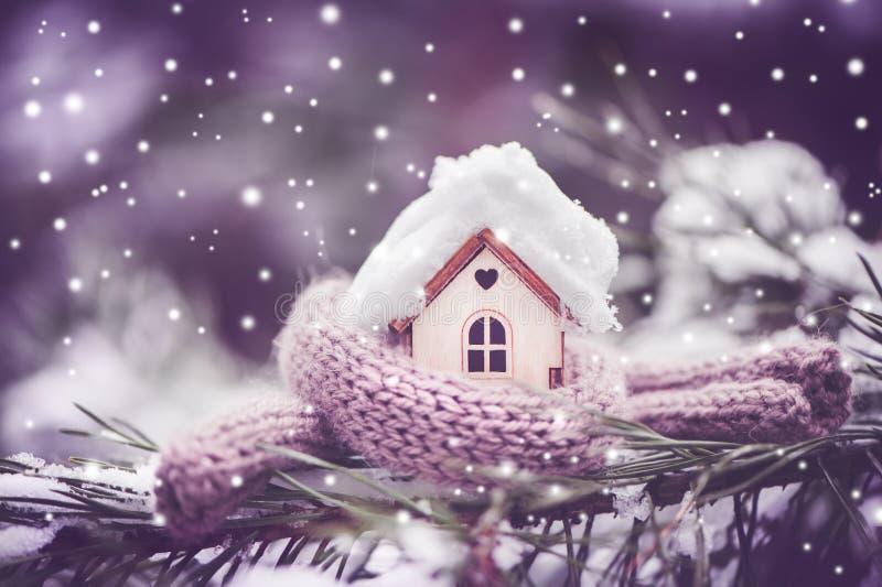 Boże Narodzenie zabawki dom zawija w ciepłym szaliku, ja ` s snowing Na obraz royalty free