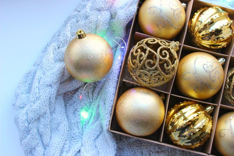 Boże Narodzenie zabawki w w górę pudełka Bożenarodzeniowe dekoracje w złocistym kolorze pojęcie boże narodzenia, nowy rok zdjęcia stock