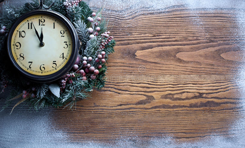 Boże Narodzenie zegar nad śnieżnym drewnianym tłem. obrazy royalty free