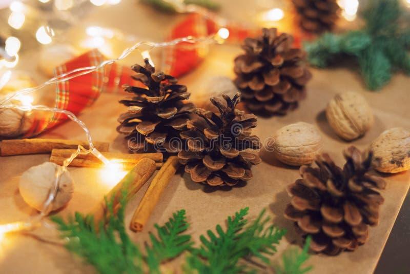 Bożego Narodzenia szyszki, czerwona wstążka i świąteczne światła obrazy royalty free