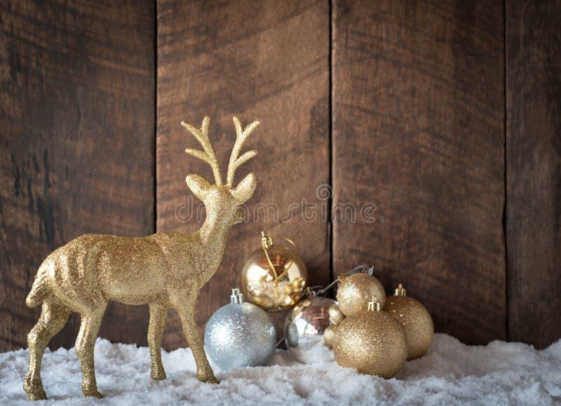 bożego narodzenia złota srebra renifera i piłki dekoracja z drewna bac zdjęcia royalty free