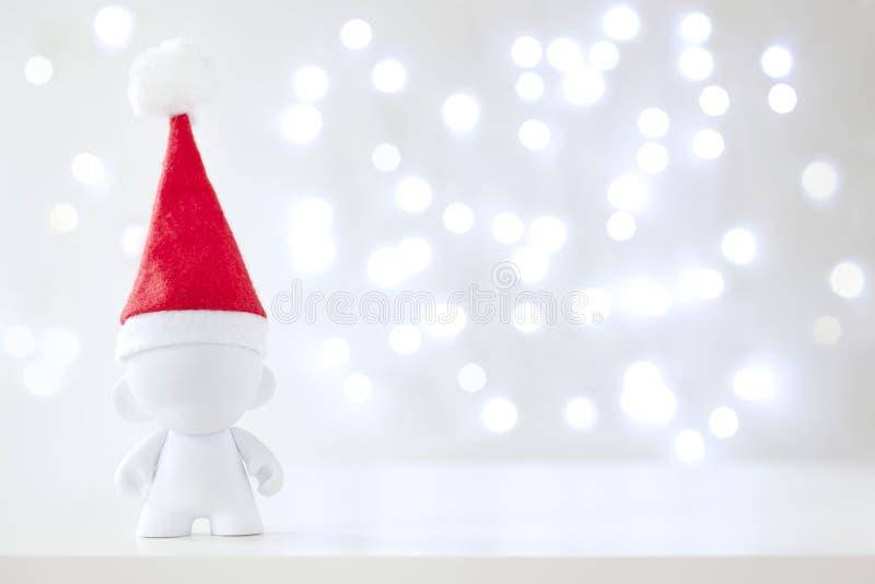 Bożenarodzeniowa śliczna zabawka w Red Hat Święty Mikołaj, symbolu nowy rok, Defo obrazy stock