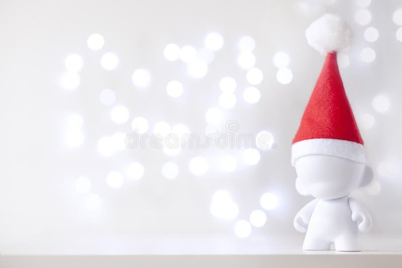 Bożenarodzeniowa śliczna zabawka w Red Hat Święty Mikołaj, symbolu nowy rok, Defo obraz stock