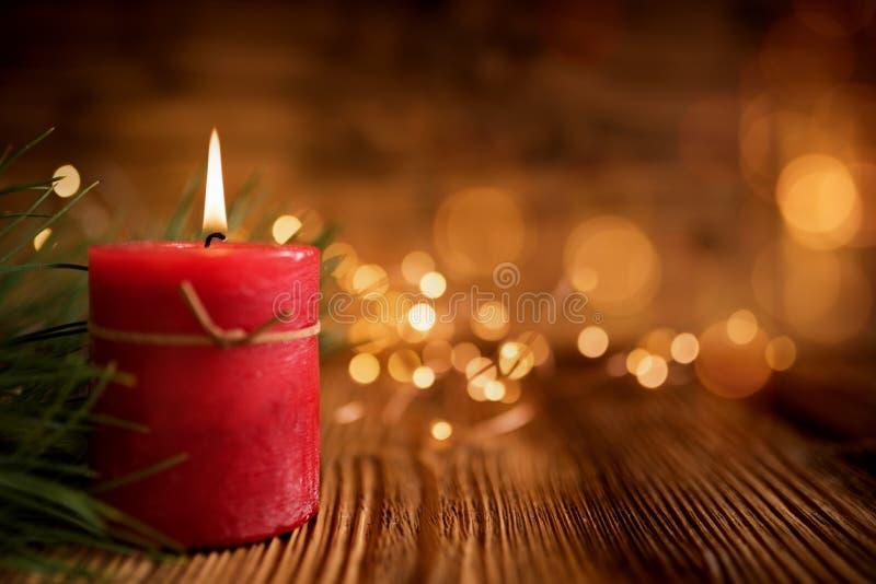 Bożenarodzeniowa świeczka na drewnianym stole fotografia stock
