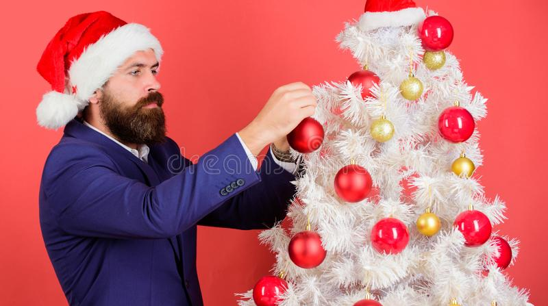 Bożenarodzeniowa atmosfera rozprzestrzeniająca wokoło Dodaje magię wakacje Obsługuje brodatej odzieży formalnego kostium i Santa  fotografia stock
