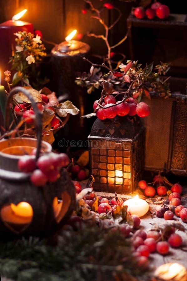 Bożenarodzeniowa bajka z świeczkami i jagodami pod śniegiem Wystrój i prezenty dla bożych narodzeń zdjęcie stock