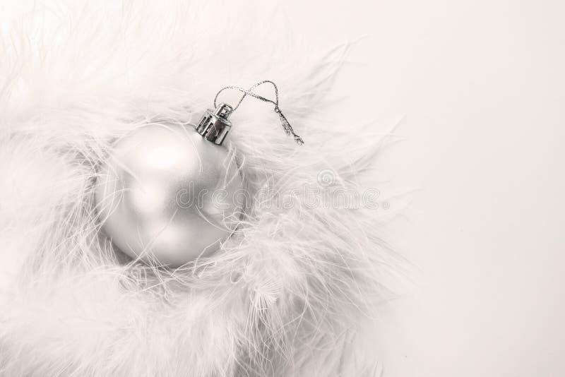 Bożenarodzeniowa biel zabawki piłka w białym puszystym futerku w górę fotografia royalty free