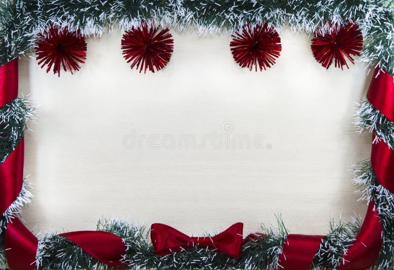 Bożenarodzeniowa boże narodzenie karta graniczył piłkami i faborkiem z łękiem sosnowymi i czerwonymi, miejsce dla teksta zdjęcie royalty free