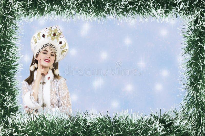Bożenarodzeniowa boże narodzenie karta z piękną, młodą, uśmiechniętą kobietą ubierającą jako Święty Mikołaj, graniczący sosnowymi obraz stock
