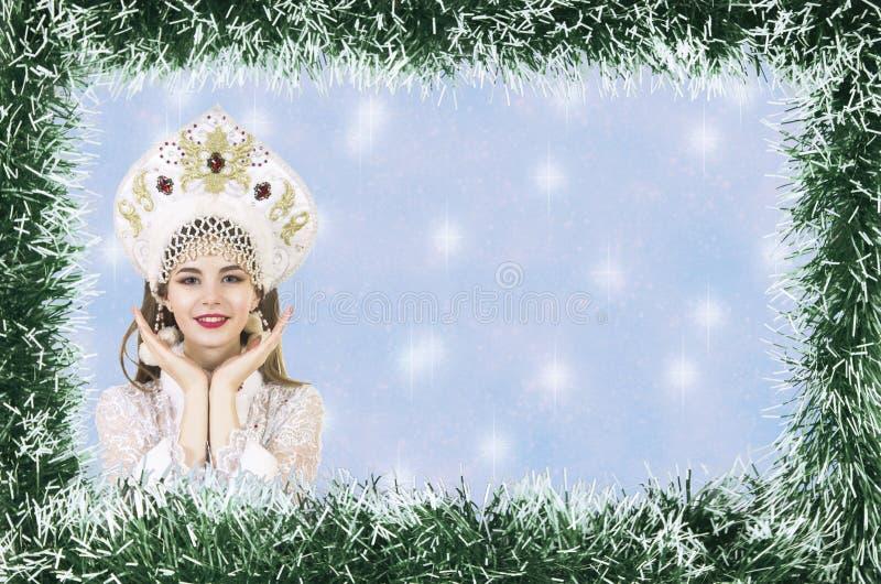 Bożenarodzeniowa boże narodzenie karta z piękną, młodą, uśmiechniętą kobietą ubierającą jako Święty Mikołaj, graniczący sosnowymi obrazy stock