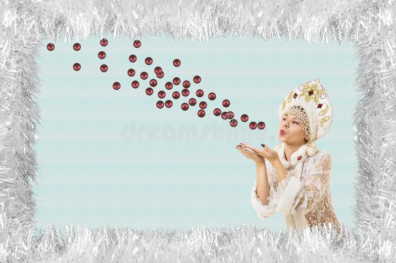 Bożenarodzeniowa boże narodzenie karta z piękną, młodą, uśmiechniętą kobietą ubierającą jako Święty Mikołaj, graniczący sosnowymi zdjęcie royalty free