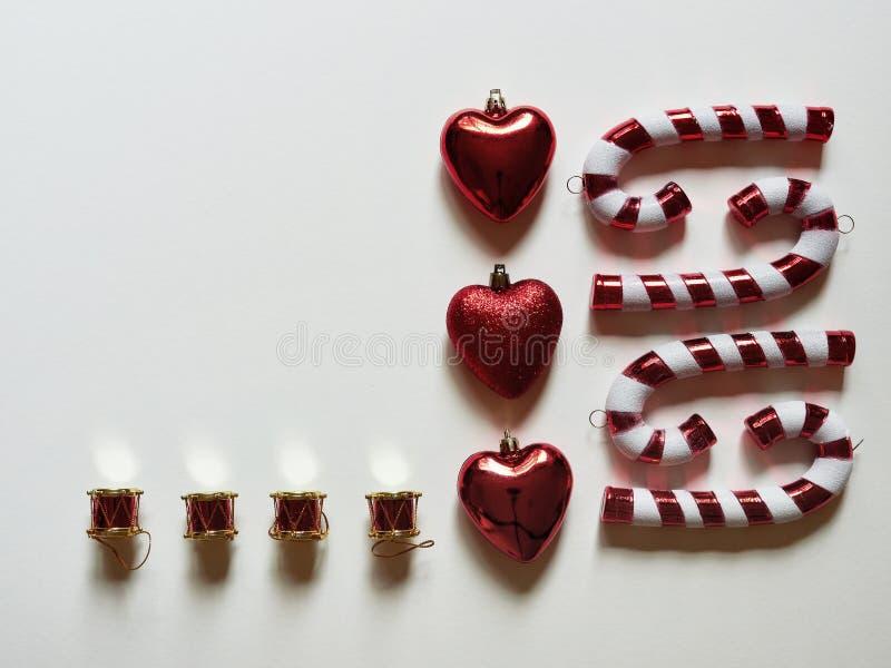 Bożenarodzeniowa cukierek trzcina bębni serca i prezenty przy studiiem nad widok nad białym tłem odizolowywającym fotografia stock