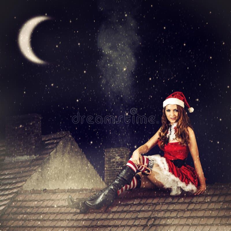 Bożenarodzeniowa czarodziejska kobieta w czerwieni sukni i Santa kapeluszu obraz stock