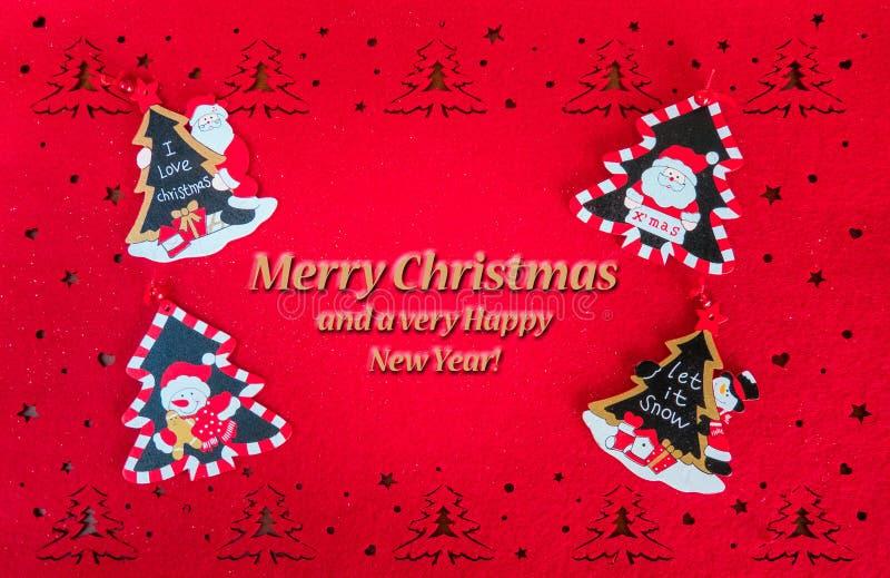 Bożenarodzeniowa czerwona kartka z powitanie tekstem, dekoracji drzewa, Santa i bałwany, zdjęcie royalty free