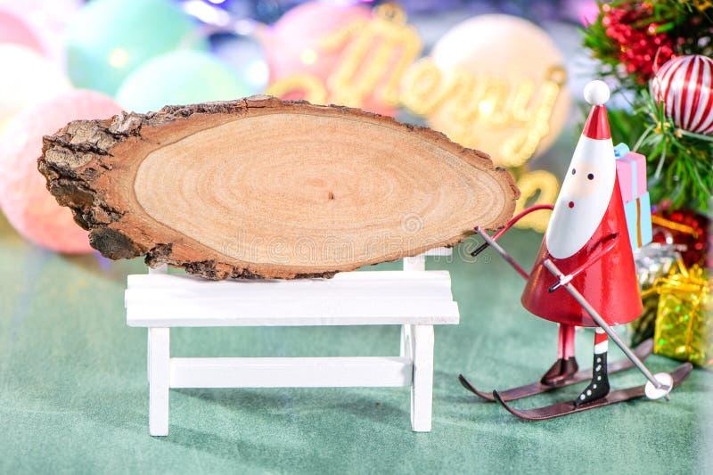 Bożenarodzeniowa dekoracja, łyżwiarski Santa Claus z, drewnianym signboard i Bożenarodzeniowy metaforyka odizolowywającymi na zie fotografia stock