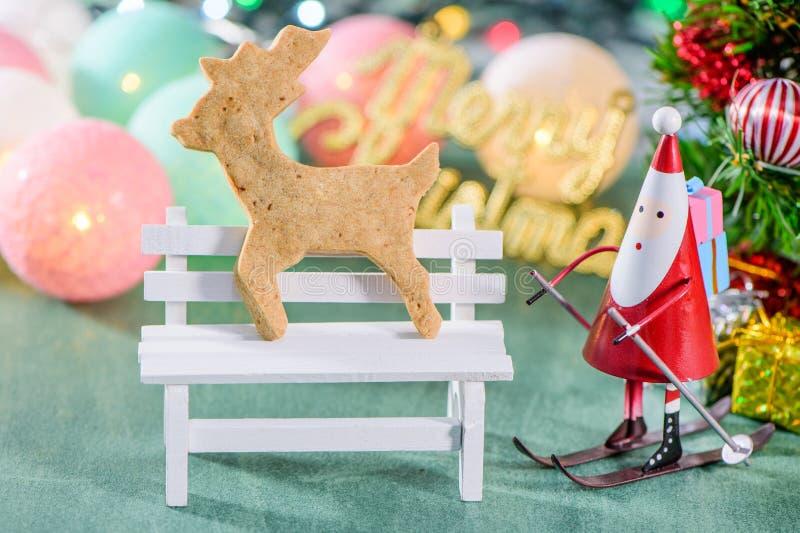 Bożenarodzeniowa dekoracja, łyżwiarski Santa Claus z metaforyka odizolowywający na zielonym tle, piernikowego mężczyzna i bożych  obrazy stock