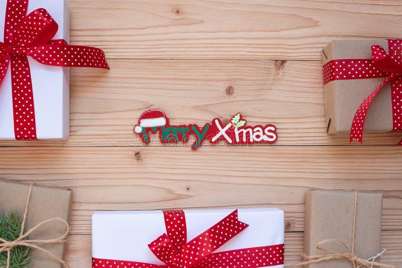 Bożenarodzeniowa dekoracja, gałąź na drewnianym tle, przygotowanie dla wakacyjnego pojęcia, Szczęśliwy nowy rok i Xm, prezenta pu zdjęcia stock