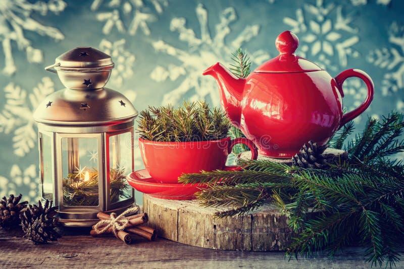 Bożenarodzeniowa dekoracja: lampion, herbaciany czajnik i filiżanka z świerkowymi gałązkami, fotografia royalty free