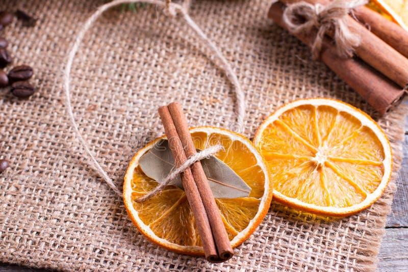 Bożenarodzeniowa dekoracja, pomarańczowy plasterek, cynamon zdjęcia stock