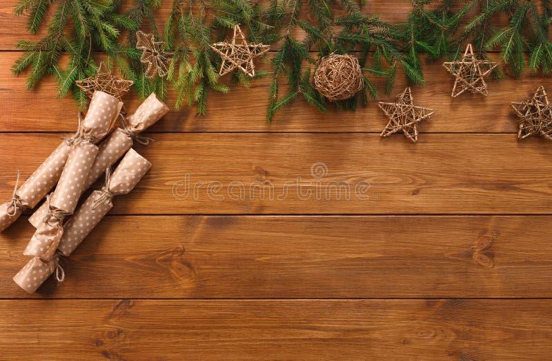 Bożenarodzeniowa dekoracja, prezentów pakunki i girlandy ramowy tło, obrazy stock