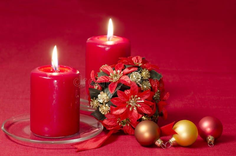 Bożenarodzeniowa dekoracja z świeczek ciastkami i faborkami obraz royalty free