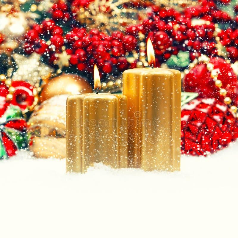 Bożenarodzeniowa dekoracja z świeczkami, baubles, ornamenty retro sty fotografia stock