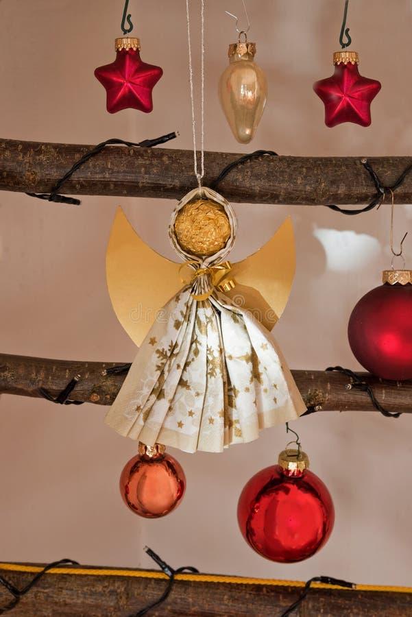 Bożenarodzeniowa dekoracja z baubles handcrafted aniołem ch i światłem fotografia stock