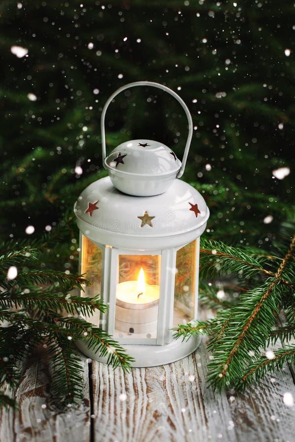 Bożenarodzeniowa dekoracja z białym świeczka lampionem na jedlinowym gałąź tle obraz stock
