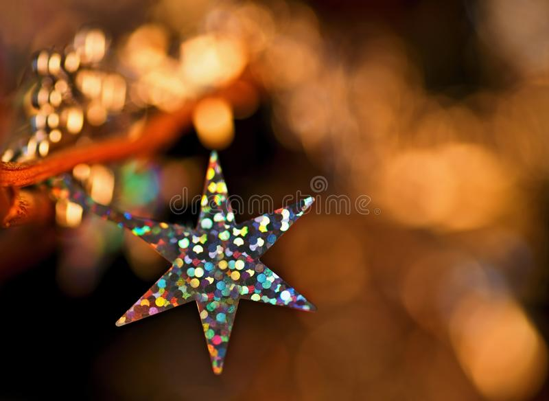 Bożenarodzeniowa dekoracja z gwiazdowym złotym iskrzastym tłem obrazy royalty free