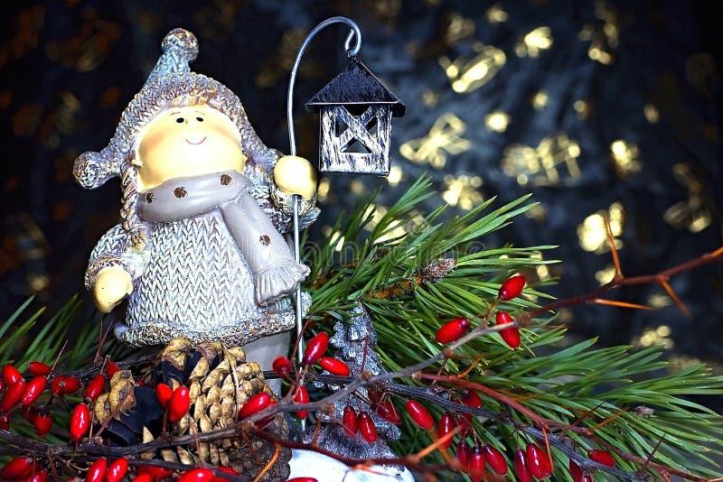 Bożenarodzeniowa dekoracja z lampą, choinką, sosna rożkiem i gałąź z czerwonymi jagodami, obrazy royalty free