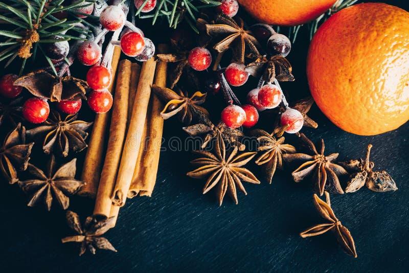 Bożenarodzeniowa dekoracja z pomarańcze, cynamonowego i gwiazdowego anyżem, zdjęcie royalty free